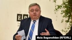 По словам спикера парламента Давида Усупашвили, «республиканцы» еще в 1994 году выступали за отмену прямых выборов президента, на этом же они стоят сейчас в отличие от основателя «Грузинской мечты»