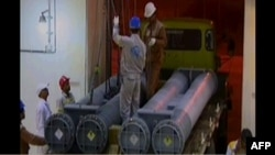 Кадр иранского телевидения, показывающий момент доставки ядерного топлива из России в Иран, на АЭС в городе Бушер. 11 мая 2011 года.