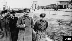 Soviet dictator Josef Stalin (center) and Soviet secret-police head Nikolai Yezhov (right) walk near Moscow in 1937, the same year Yezhov signed Order No. 00447, which began the Great Terror.