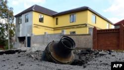 Осколок от снаряда в земле неподалеку от жилого массива. Донецк, 5 октября 2014 года.
