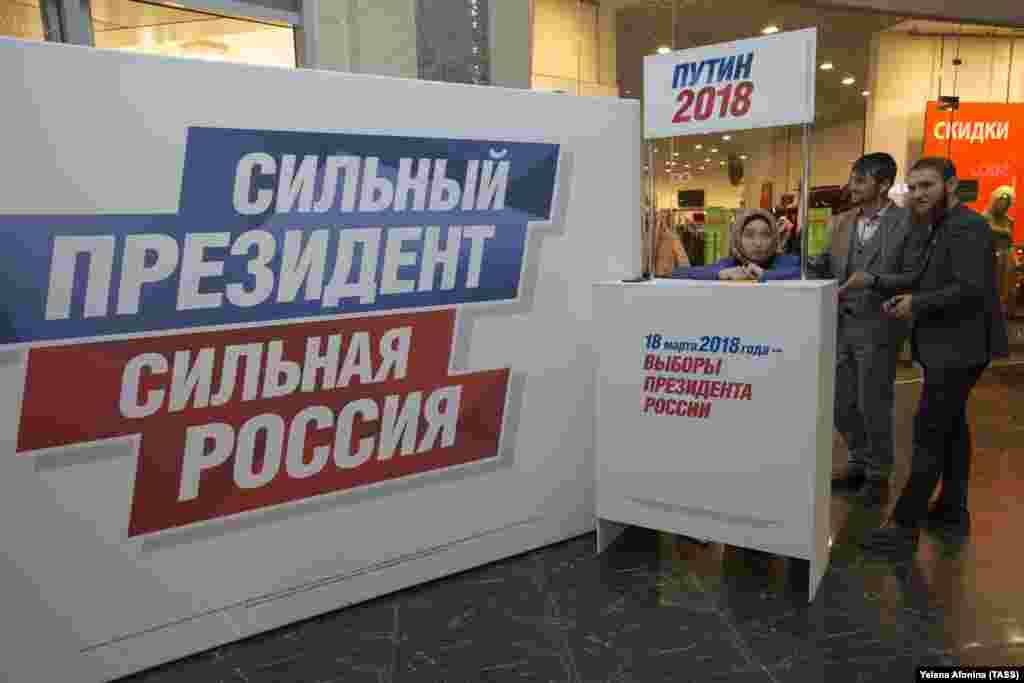 РУСИЈА / САД - Пункт за собирање потписи како поддршка за Владимир Путин, пред претстојните претседателски избори во Русија. Додека Русија се подготвува за избори, во новиот извештај на истражувачите на американскиот Сенат се предупредува дека Русија е охрабрена од своите напори да се меша во изборите во Европа и САД и повикуваат на посилен напор од Соединетите држави за одвраќање на Москва.