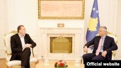 Presidenti i Kosovës, Hashim Thaçi së bashku me selektorin e Kosovës në futboll, Albert Bunjaku