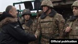 Министр обороны Армении Сейран Оганян встречается с военнослужащими на позициях (архивная фотография)