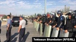 Силовики перекрили дорогу біля резиденції Атамбаєва, 8 серпня 2019 року
