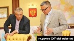 Сергій Аксьонов (ліворуч) і Ернст Мавлютов (праворуч) під час обговорення проекту генплану Сімферополя, архівне фото