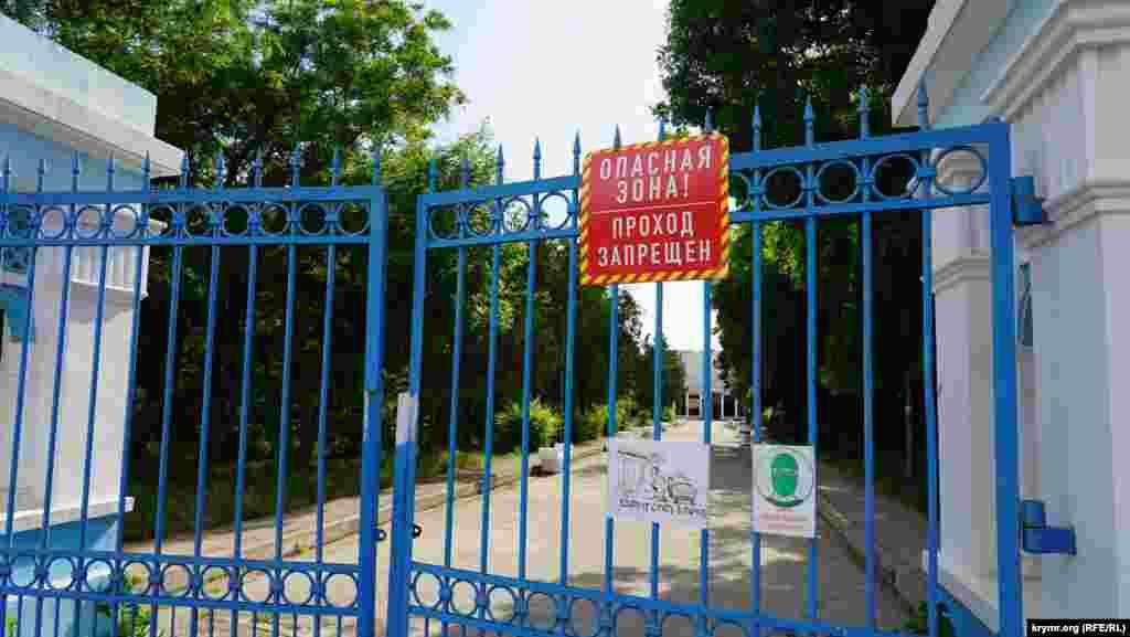 За воротами «Мойнак» – руїни