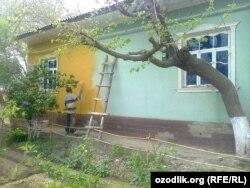 Перед возможным визитом президента Мирзияева в Сурдарьинскую область, местных жителей заставили покрасить стены своих домов в желтый цвет.