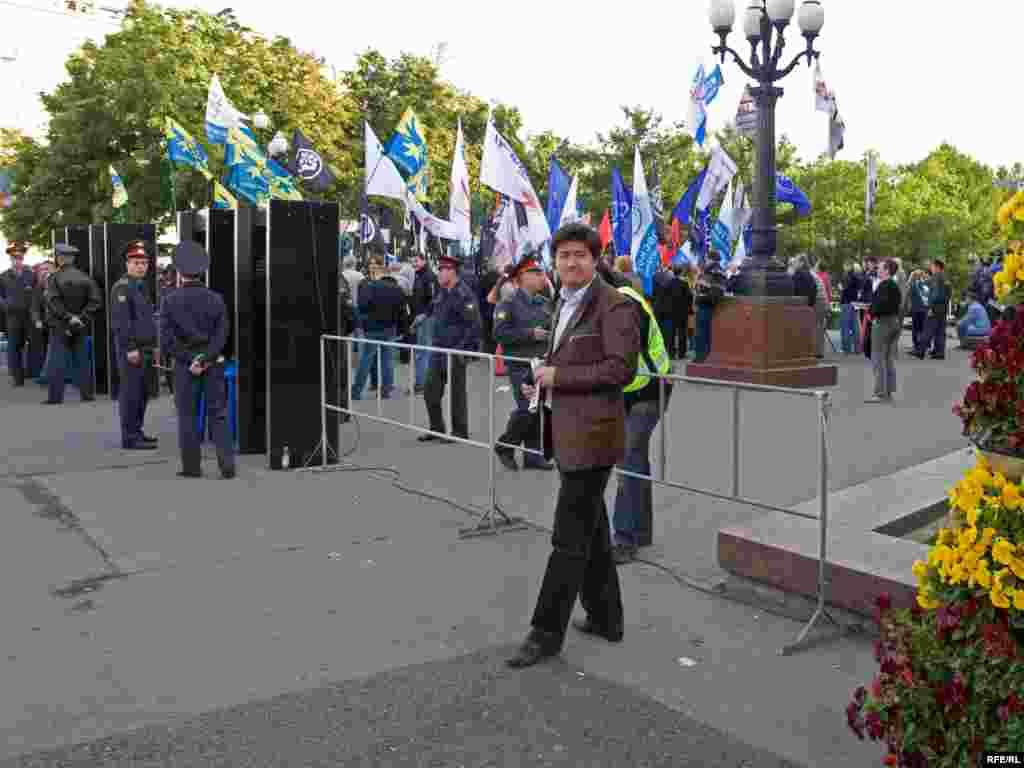 Около 200 человек собрались 7 часов вечера на Пушкинской площади, чтобы выразить свою солидарность с политическими заключенными и потребовать их освобождения