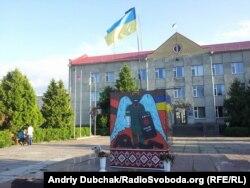 Монумент Небесній сотні на місці демонтованого пам'ятника Леніну в Калинівці Вінницької області