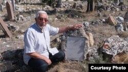 Фазыл Бохаралы әбисе Бибихөснәнең кабере янында