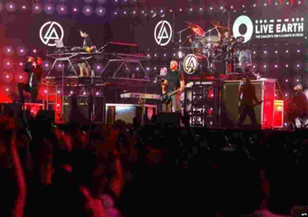 US rock band and Grammy Award winner Linkin Park perform during the Live Earth concert in Tokyo, 07 July 2007. The Live Earth concerts around the world, supported by Al Gore, are expected to attract an audience of two billion people.