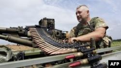 Український військовослужбовець біля селища Кримське. 25 червня 2015 року