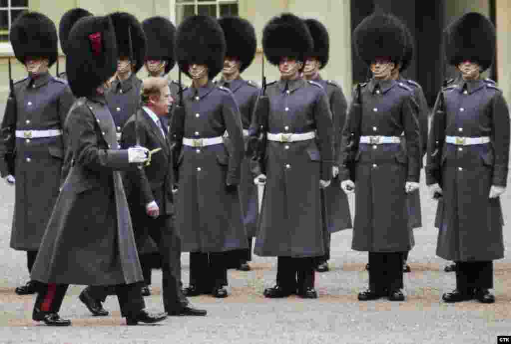 Britain – Vaclav Havel is reviewing of the Royal Guard at a welcoming ceremony at the Buckingham Palace in London, 21Mar1990
