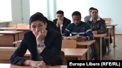 În timpul testului la cunoaşterea limbii de stat şi a Constituţiei Republicii Moldova.