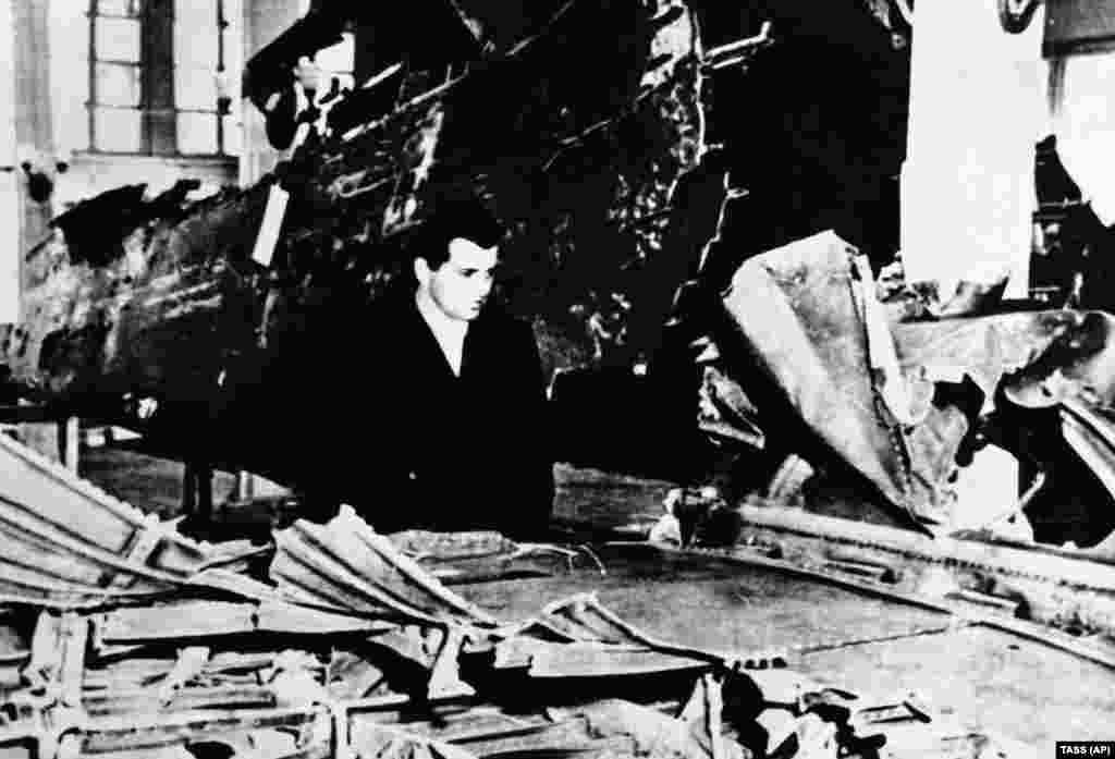 Радянська влада представила те, що, за її словами, було уламками збитого літака-шпигуна U-2 на виставці в московському парку Горького. Пауерс був змушений оглянути уламки