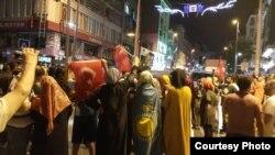 Сторонники правящей в Турции партии, в том числе этнические казахи, на улицах Стамбула. Фото со страницы Нурата Ильяса в социальной сети Facebook.