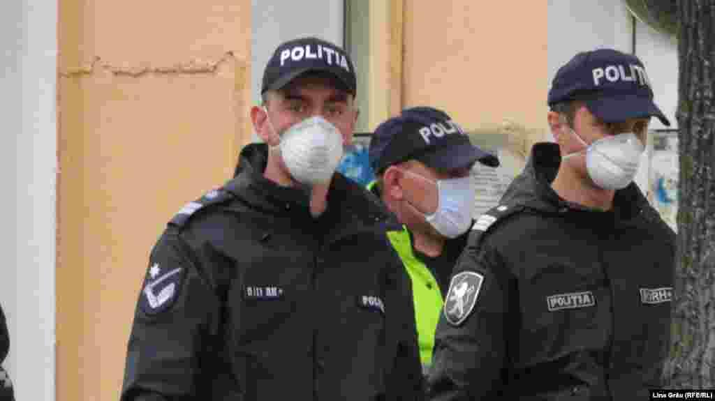 Politiști patrulând în centrul Chișinăului după ce autoritățile au decretat stare de urgență pe 60 de zile.
