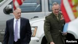Министр обороны США Джеймс Мэттис (слева) и председатель Объединенного комитета начальников штабов ВС США Джозеф Данфорд после окончания брифинга для членов cената о Северной Корее в Белом доме, 26 апреля 2017 года.