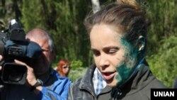 Народний депутат від партії «Опозиційний блок» Наталія Королевська була облита зеленкою під час ходи до Дня перемоги над нацизмом у Другій світовій війні. Слов'янськ Донецької області, 9 травня 2016 року.
