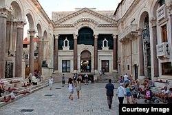 Перистиль (центральная площадь) дворца Диоклетиана