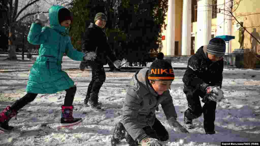 Дети играют в снежки в Феодосии