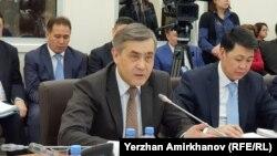Нурлан Ермекбаев (слева), министр по делам религий и гражданского общества Казахстана. Астана, 29 января 2018 года.
