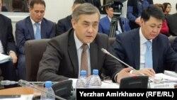 Міністр у справах релігій і громадянського суспільства Казахстану Нурлан Єрмекбаєв (л) пропонує внести у законодавство країни визначення «деструктивної релігійної течії»