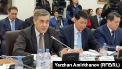 Нұрлан Ермекбаев (алдыңғы қатарда, сол жақта), Дін істері және азаматтық қоғам министрі. Астана, 29 қаңтар 2018 жыл.