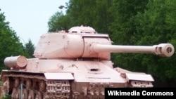Перекрашенный в розовый цвет советский танк. Военно-технический музей Чехии.