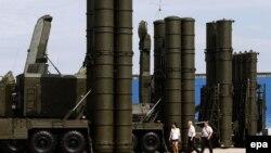 Ракетные комплексы С-300 и С-400 на выставке вооружений в подмосковном Жуковском