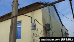 Ýaşaýyş jaýynyň golaýynda oturdylan gaz ölçeýji gurallar.