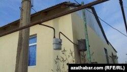 Türkmenistanda ýaşaýyş jaýlarynyň birindäki gaz ölçeýji gural.