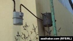 Aşgabadyň ýaşaýyş jaýlarynyň birindäki gaz ölçeýji gural.