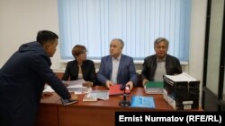 Суд по делу Омурбек Текебаева (в середине) и Дуйшенкула Чотонова (справа).