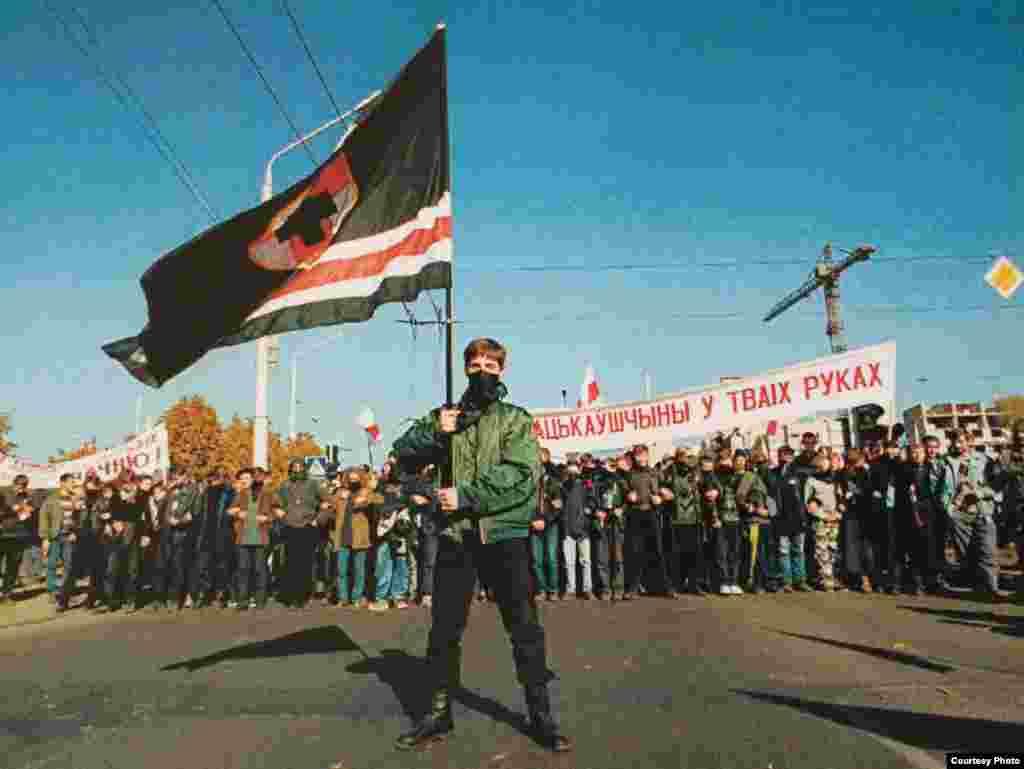 «Марш свабоды». Начале шэсьця кіраўнік койданаўскай арганізацыі «МФ» Павал Юхневіч.1999 год