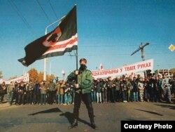 «Марш свабоды». На чале шэсьця кіраўнік койданаўскай арганізацыі «МФ» Павал Юхневіч. 1999 год