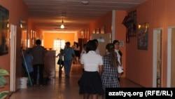В коридоре средней школы. Иллюстративное фото.