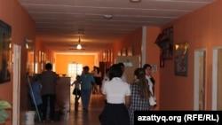 Во время перемены в школе Шымкента.