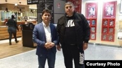 Таджикский оппозиционный активист Шарофиддин Гадоев (слева) в аэропорту Франкфурта. 2 марта 2019 года.