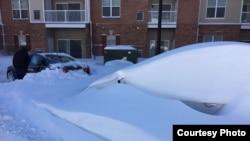 Оставшийся под снегом автомобиль в Виргинии.