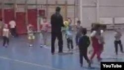 Деца спортуваат во сала во Тетово