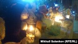 Игрушки и свечи у здания Совета Федерации РФ