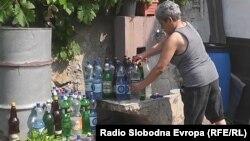 Архивска фотографија: Граѓани на Тетово полнат вода во шишиња.