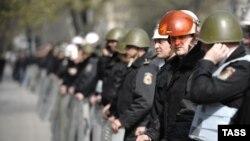 Poliţia în faţa Parlamentului, 8 aprilie 2009