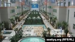 Nazarbayev University-дің ішіндегі хол. Астана, 28 қыркүйек 2010 жыл.