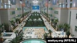 Холл в главном корпусе Назарбаев Университета.