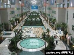 Астанадағы Назарбаев Университеті бас ғимаратынің ішкі көрінісі.