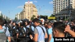 Protestatarii față în față cu jandarmii pe 10 august