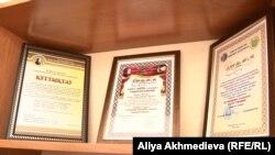Дәнеш Рақышев атындағы театр ұжымына берілген марапаттау грамоталары.