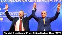 Turski predsjednik Redžep Tajip Erdogan (D) i predsjedavajući Predsjedništva BiH Bakir Izetbegović na skupu Unije evropskih-turskih demokrata u Sarajevu, 20. maj 2018.